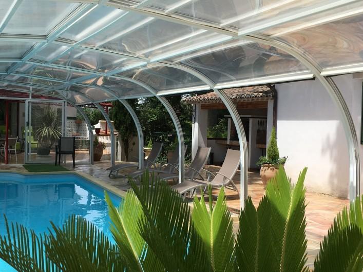Location de vacances - Villa à Uzès - Terrasse et cour avec portillon et portail automatique
