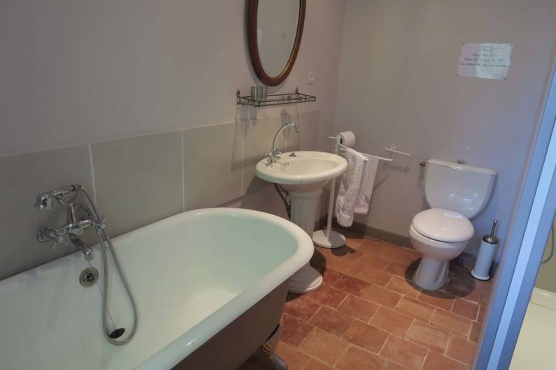"""Location de vacances - Chambre d'hôtes à Ouveillan - la salle de bain de la chambre des """"filles"""