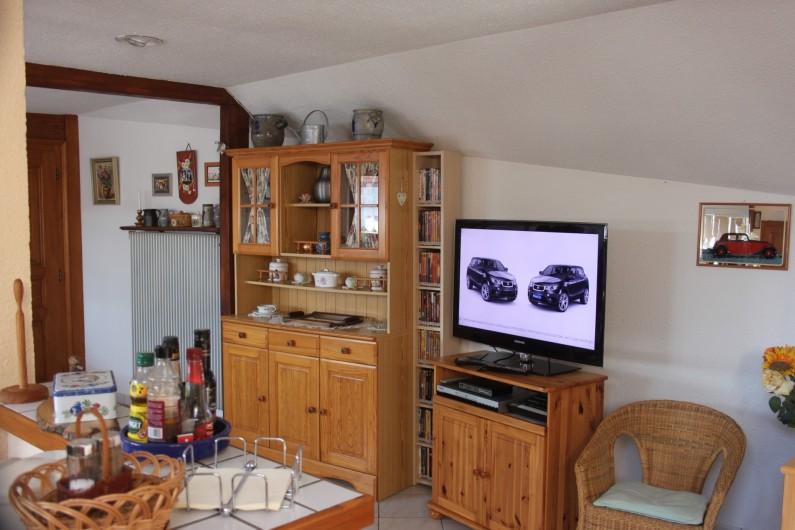 Location de vacances - Gîte à Nothalten - Coin salon avec télévision grand écran et vidéothèque
