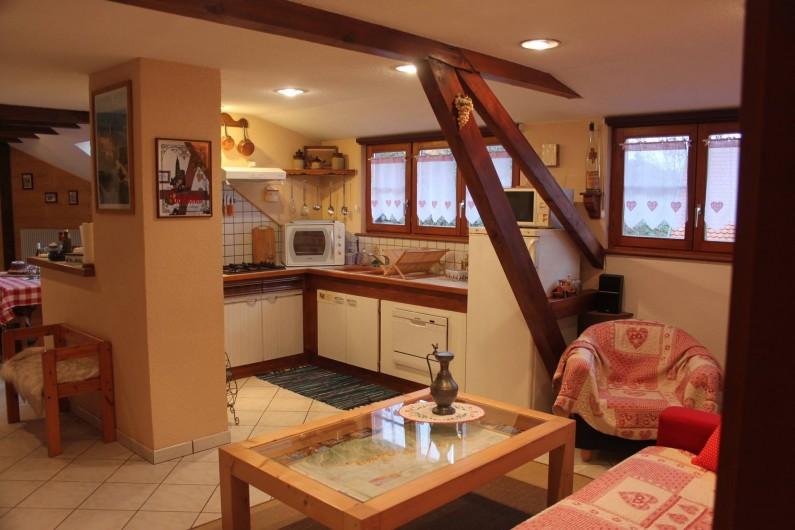 Location de vacances - Gîte à Nothalten - La cuisine donnant sur le salon et l'espace repas