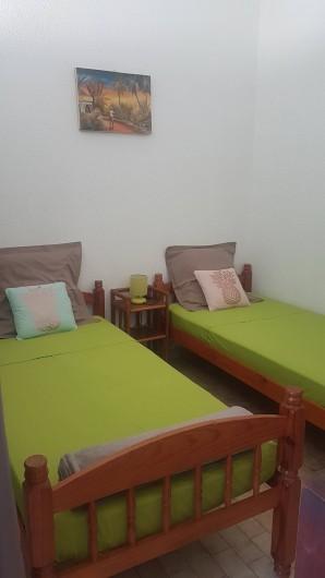 Location de vacances - Appartement à Saint-Gilles les Bains - Espace de couchage ouvert sue la mezzanine + rideau occultant