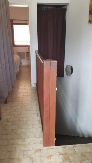 Location de vacances - Appartement à Saint-Gilles les Bains - Couloir des chambres