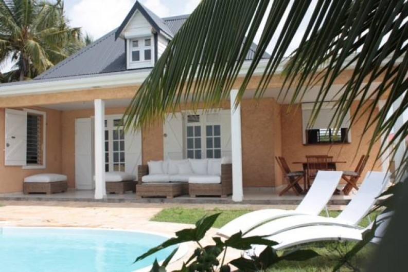 Location de vacances - Villa à Saint-François - Facade, face à la mer, avec Galerie, salon extérieur et coin repas