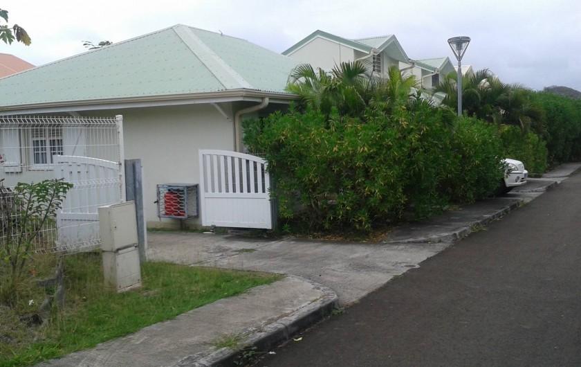 Location de vacances - Maison - Villa à Sainte-Anne - entrée de la villa avec possibilité garer 2 véhicule dans le jardin clos