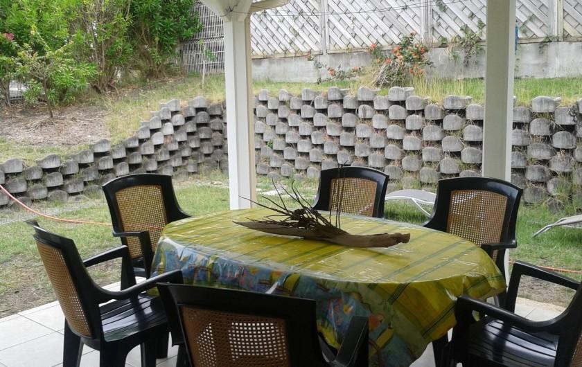 Location de vacances - Maison - Villa à Sainte-Anne - terrasse sur jardin fleuri