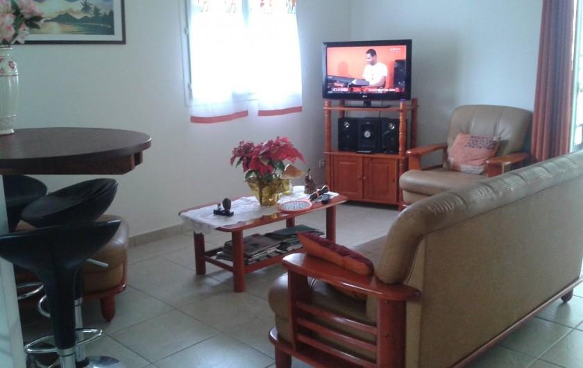 Location de vacances - Maison - Villa à Sainte-Anne - salle à manger-salon avec télévision, chaîne hi-fi