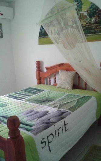 Location de vacances - Maison - Villa à Sainte-Anne - Chambre verte climatisée avec moustiquaire et lit double