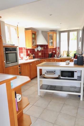 Location de vacances - Villa à Matignon - Cuisine toute équipée avec four, micro-ondes, lave-vaisselle, plaque induction