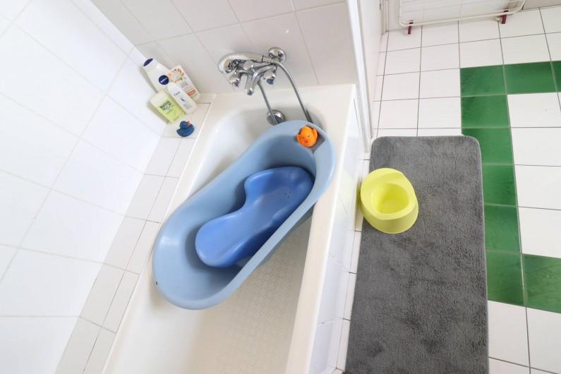 Location de vacances - Villa à Matignon - Salle-de-bain au 1er étage avec équipement bébé