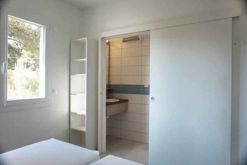 Location de vacances - Appartement à Martigues - SdB avec douches (eau chaude solaire 100% disponible) Appartement 4 couchages