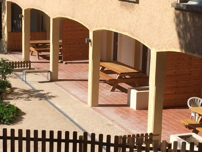 Location de vacances - Appartement à Martigues - Terrasses équipées de table 6 places pour apéros à l'ombre devant l'appart