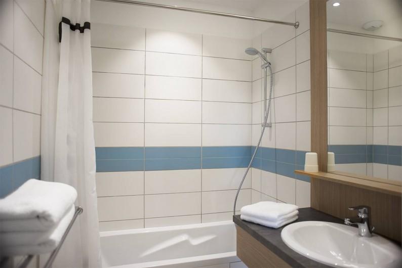Location de vacances - Appartement à Martigues - Salle de Bain, Baignoire ou Douches au choix, + eau chaude solaire