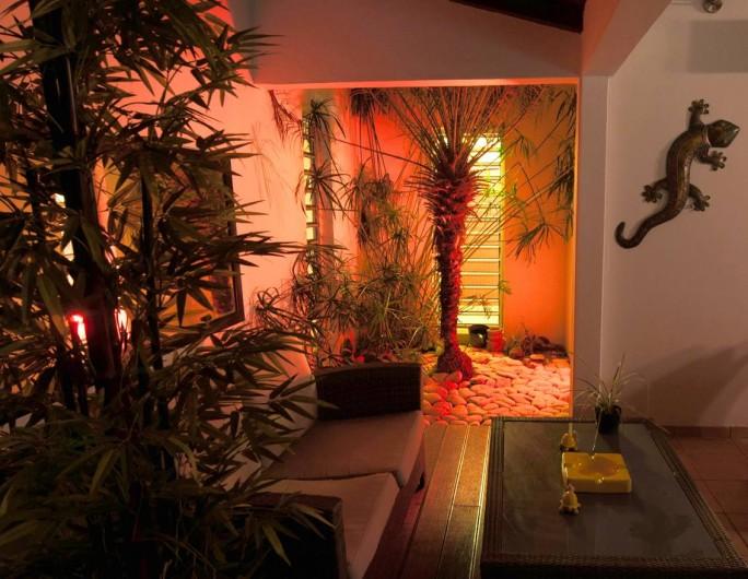 Location de vacances - Villa à Saint-François - Le salon extérieur la nuit
