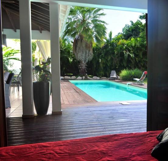 Location de vacances - Villa à Saint-François - Vue de la 3ème chambre sur la piscine et la terrasse