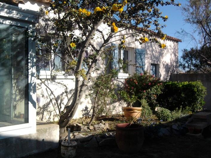 Location de vacances - Maison - Villa à Frontignan - jardin coté sud avec fenetres des 2 chambres et veranda