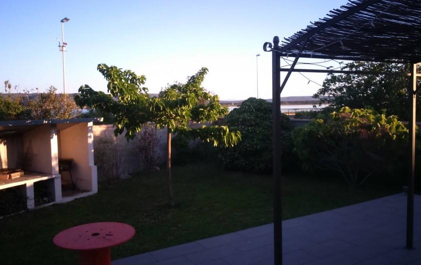 Location de vacances - Maison - Villa à Frontignan - jardin nord avec l'etang en fond