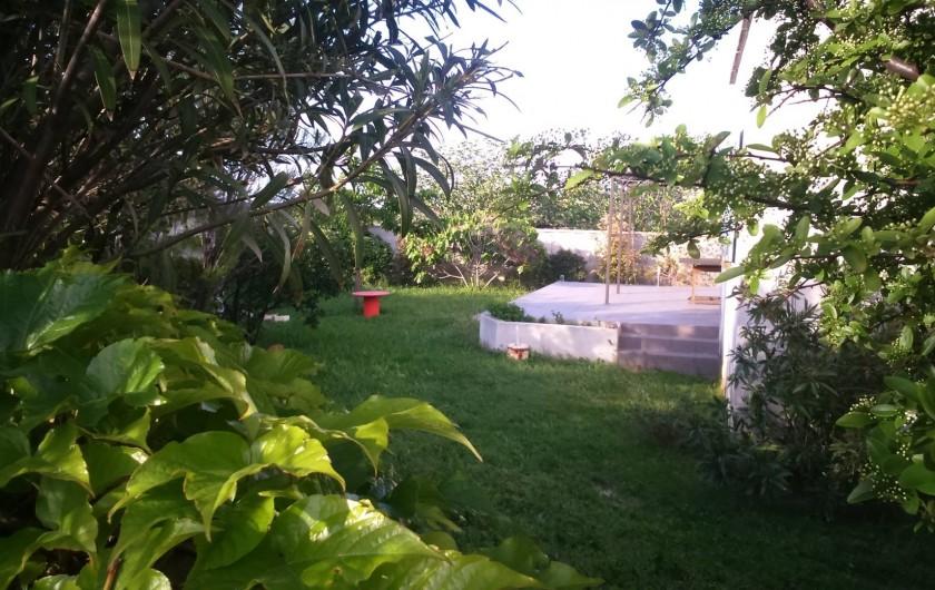 Location de vacances - Maison - Villa à Frontignan - jardin nord avec barbecue et grande terrasse