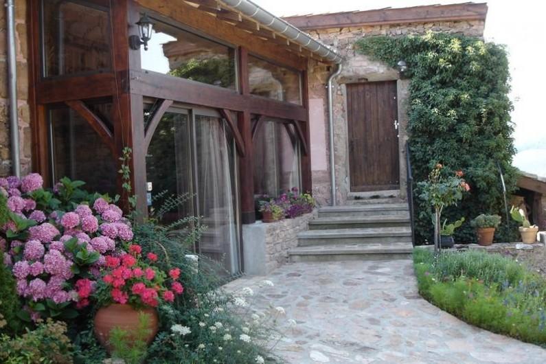 Location de vacances - Gîte à Juliénas - ENTREE DU GITE PASSAGE VERS LA TERRASSE
