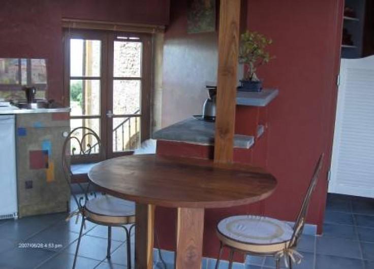 """Location de vacances - Chambre d'hôtes à Saint-Laurent-d'Oingt - La chambre """"le fenil"""" et son coin cuisine"""