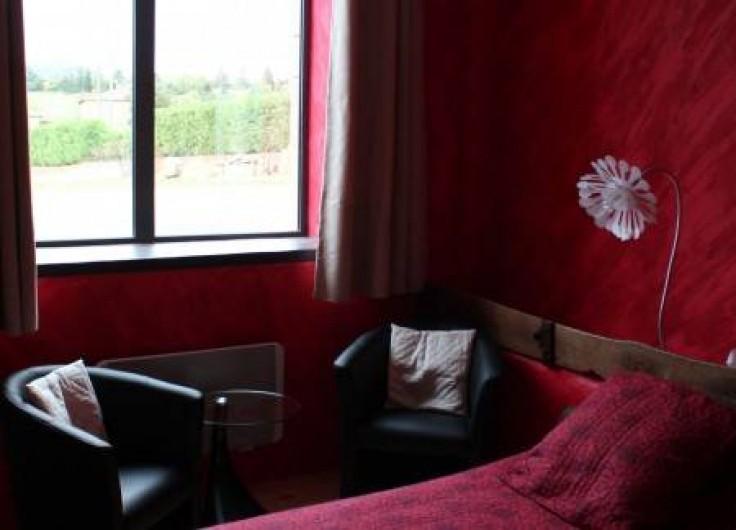 """Location de vacances - Chambre d'hôtes à Saint-Laurent-d'Oingt - Le coin salon de la chambre """"la crèche"""""""