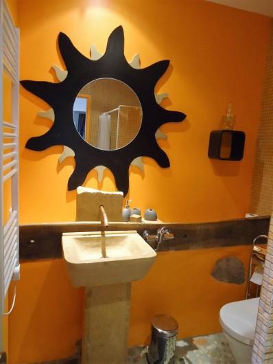 """Location de vacances - Chambre d'hôtes à Saint-Laurent-d'Oingt - La vasque en pierre et son soleil (la """"crèche"""")"""