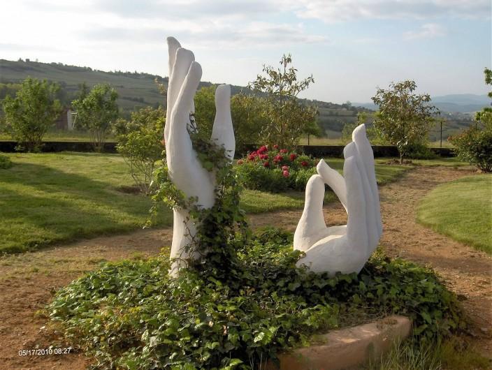 Location de vacances - Chambre d'hôtes à Saint-Laurent-d'Oingt - Les mains, sculptées par Georges, dans le jardin