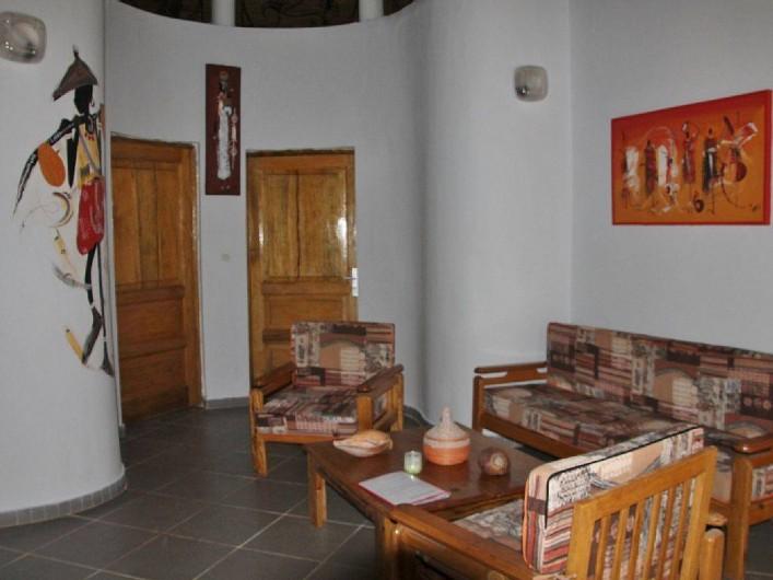 Location de vacances - Villa à Somone - Le séjour, au fond les deux portes d'aces aux chambres