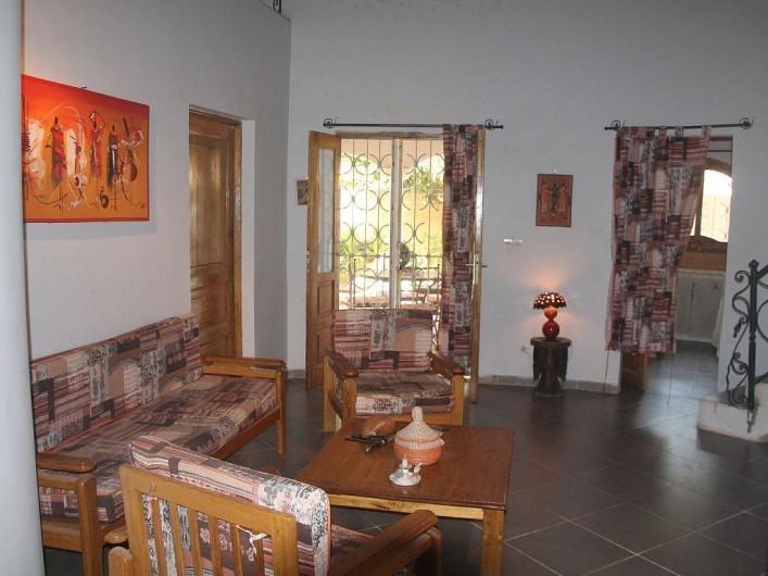 Location de vacances - Villa à Somone - Le séjour, à droite l'entrée de la cuisine.