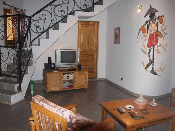Location de vacances - Villa à Somone - Coin séjour avec son WC visiteurs. Escalier vers la mezzanine( grenier)