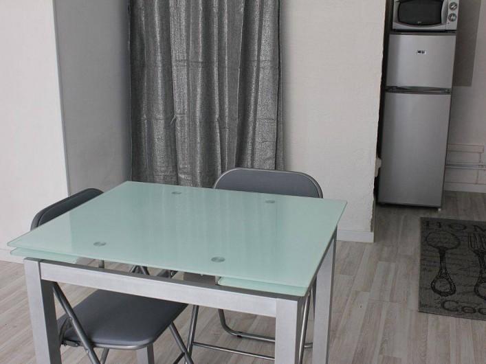Location de vacances - Studio à L'Isle-sur-la-Sorgue - La table peut facilement s'agrandir pour 4 personnes
