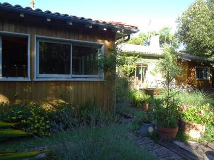 Location de vacances - Villa à Le Cap Ferret - A gauche vue sur la cuisine, au milieu le salon, à droite la chambre parentale