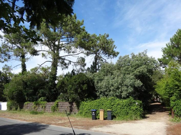 Location de vacances - Villa à Le Cap Ferret - La maison est isolée et  cachée de la vue depuis la route