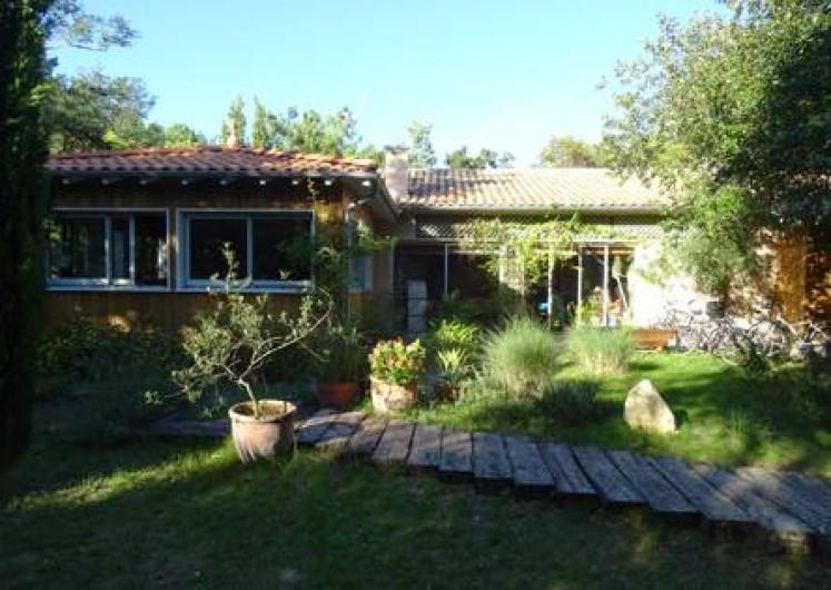 Location de vacances - Villa à Le Cap Ferret - Vue de la façade depuis le jardin