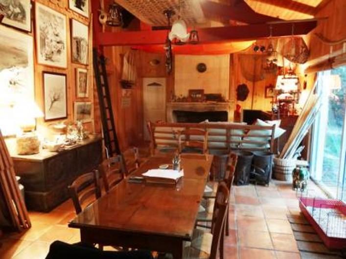 Location de vacances - Villa à Le Cap Ferret - Salon  avec décoration ethnique , cheminée et tableaux