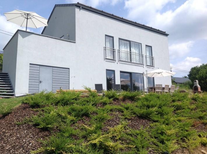 Maison moderne avec un grand jardin en Belgique, terasses et BBQ ...