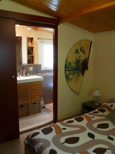 Location de vacances - Gîte à Nîmes - Chambre accès sur la salle de douche