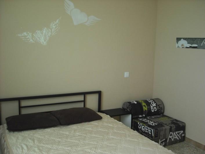 Location de vacances - Appartement à San-Giuliano - Chambre 3  ( fournie avec lit à barreau bébé, chauffeuse ou lit d'appoint)