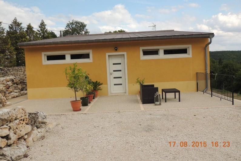 Location de vacances - Chambre d'hôtes à Grimault - Entrée de la Grimaldienne et le parking privé