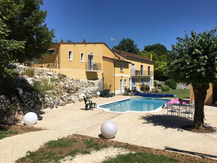 Location de vacances - Chambre d'hôtes à Grimault - La vue sur les chambres et la piscine