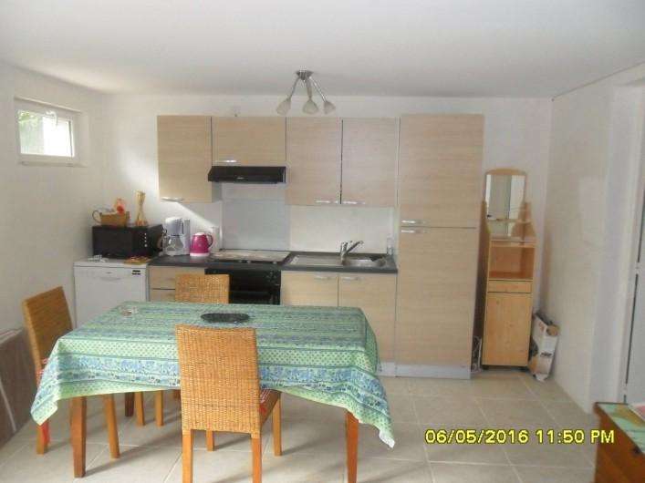 Location de vacances - Appartement à Sainte-Maxime - Pièce principale avec coin cuisine et table.