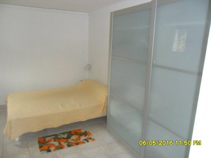 Location de vacances - Appartement à Sainte-Maxime - Chambre à coucher avec rangement.