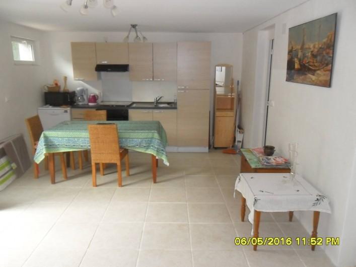 Location de vacances - Appartement à Sainte-Maxime - Pièce principale avec coin cuisine et table + accès chambre.