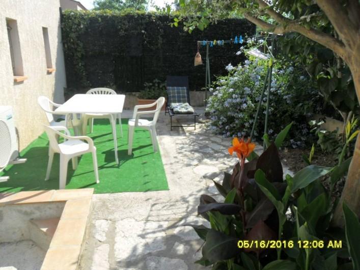 Location de vacances - Appartement à Sainte-Maxime - 2 ème coin jardin avec transat