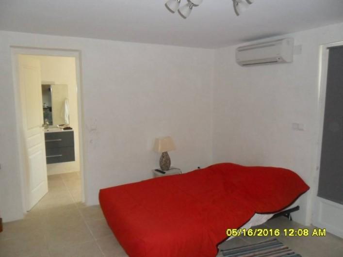 Location de vacances - Appartement à Sainte-Maxime - Coin BZ déplié + clim + accès SDB