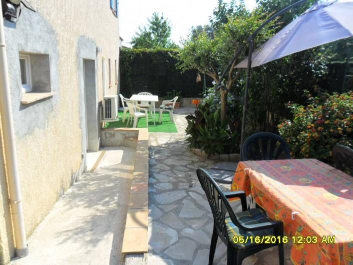 Location de vacances - Appartement à Sainte-Maxime - Entrée extérieure + accès fauteuil roulant + jardin + 2 tables extérieures