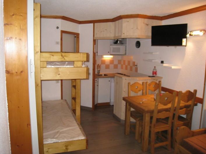 Location de vacances - Studio à La Plagne - La table comprend 2 allonges qui doublent la surface ( table pour 8 )