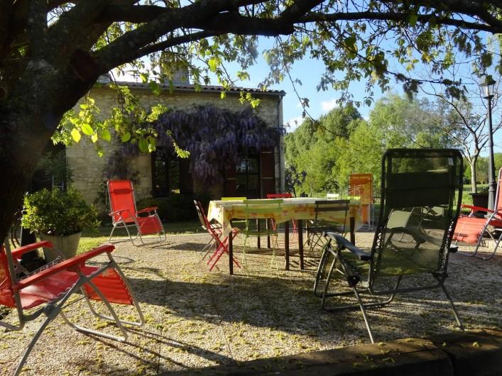 Location de vacances - Gîte à La Sauvetat-du-Dropt - La terrasse et la façade
