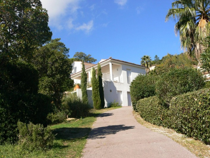 Location de vacances - Villa à Roquebrune-sur-Argens - Maison vue du portail