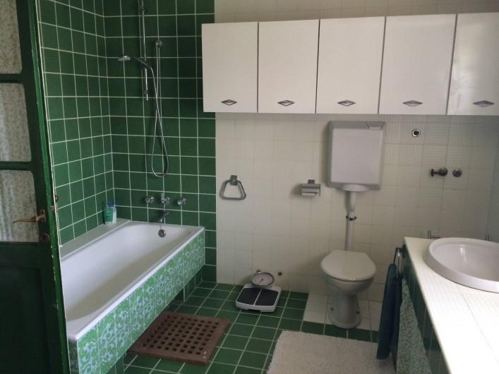 Location de vacances - Maison - Villa à Marano di Valpolicella - Salle de bain du premier étage avec deux lavabos