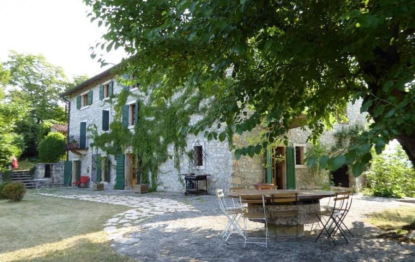 Location de vacances - Maison - Villa à Marano di Valpolicella - Vue de la façade Ouest de la Tenda, avec la table ronde sous le murier